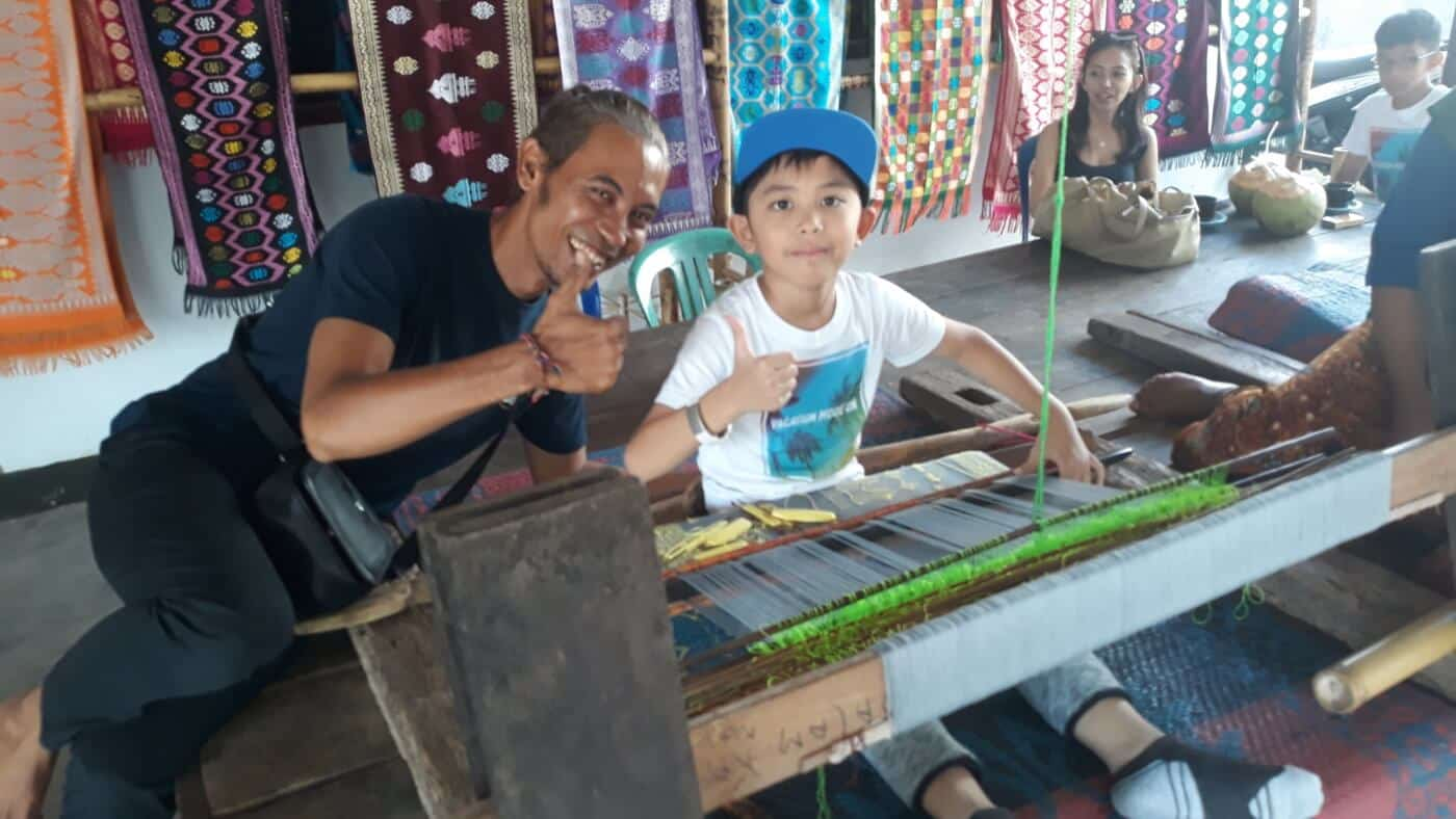 desa sukarara di lombok terkenal dengan kerajinan